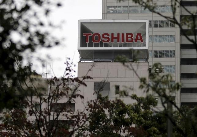 12月27日、今年6月に就任した綱川智社長のもとで不正会計問題からの再出発に動き出した東芝が巨額の減損危機に直面している。浮き彫りになったのは、同社が抱える測りがたい原発事業の経営リスクであることが分かった。写真は2015年10月、東京で(2016年 ロイター/Toru Hanai)