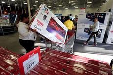 Imagen de archivo de unas personas realizando compras en el Black Friday en una tienda de la cadena Best Buy en Los Angeles, EEUU, nov 25, 2016. Un aumento del gasto del consumidor en el último tramo de diciembre compensó significativamente un lento inicio de la temporada de ventas de fin de año en Estados Unidos y es posible que ayude a muchos minoristas a superar sus estimaciones de ventas, dijeron el martes grupos investigación de la industria.  REUTERS/David McNew