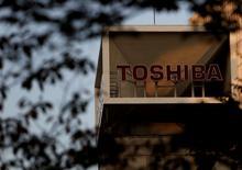 El logo de Toshiba Corp se ve detrás de los árboles en su sede en Tokio, Japón. 6 de noviembre 2015.Una inminente amortización en el conglomerado japonés Toshiba Corp ha restado casi 5.000 millones de dólares de su valor de mercado en dos días y dio pie a una rebaja de su calificación crediticia el miércoles, mientras la compañía intenta tapar un posible agujero de miles de millones de dólares. REUTERS/Yuya Shino