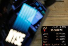 La Bourse de New York a fini en baisse mercredi, victime de quelques prises de profits dans un marché qui est resté calme en l'absence de nombreux investisseurs entre Noël et le Nouvel An. L'indice Dow Jones a cédé 111,36 points, soit 0,56%, à 19.833,68 points, après avoir été à moins de 20 points de la barre des 20.000 en début de séance. /Photo prise le 28 décembre 2016/REUTERS/Andrew Kelly