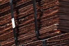 En la imagen se pueden ver cátodos de cobre la mina de Chuquicamata,  cerca de la ciudad de Calama, en Chile. 1 de abril 2011. La producción de cobre en Chile anotó una caída interanual del 1,3 por ciento en noviembre, presionada por una baja ley de mineral en algunas operaciones y el mantenimiento programado de faenas pese al repunte en el precio del metal. REUTERS/Ivan Alvarado