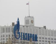 Логотип Газпрома на фоне Дома правительства РФ в Москве. 8 февраля 2013 года. Газпром вряд ли в 2017 году перебьёт рекорд экспорта в Европу 2016 года, но снижение объёмов будет компенсировано повышением цен на газ, что грозит российской газовой монополии усилением конкуренции со стороны производителей СПГ и потерей доли рынка в будущем. REUTERS/Maxim Shemetov (RUSSIA - Tags: ENERGY BUSINESS LOGO)