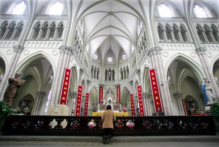 A Chinese Catholic prays on Easter Sunday at the state-sanctioned Saint Ignatius Cathedral in Shanghai March 27, 2005.   To match Special Report CHINA-VATICAN/    REUTERS/Claro Cortes IV/File Photo