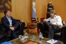 El ministro de Hacienda saliente, Alfonso Prat-Gay (derecha), conversa con su sucesor Nicolás Dujovne en Buenos Aires.  28 de diciembre de 2016.  El futuro ministro de Hacienda argentino, Nicolás Dujovne, dijo el viernes que buscará reducir el déficit fiscal previsto para 2017, de un 4,2 por ciento del PIB, gracias a una exitosa amnistía fiscal y un gasto público más eficiente. REUTERS/Ministerio de Hacienda de Argentina/vía ATENCIÓN EDITORES - SOLO PARA USO EDITORIAL.  NO ESTÁ A LA VENTA Y NO SE PUEDE USAR EN CAMPAÑAS PUBLICITARIAS. ESTA IMAGEN HA SIDO ENTREGADA POR UN TERCERO Y SE DISTRIBUYE EXÁCTAMENTE COMO LA RECIBIÓ REUTERS COMO UN SERVICIO A SUS CLIENTES.