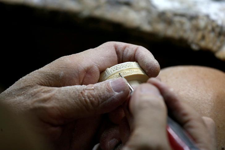 A worker crafts an ivory product from government registered ivory tusk inside a factory in Hong Kong, China June 27, 2016. REUTERS/Bobby Yip/File Photo