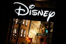 """Un tribunal de Shanghái ordenó a dos firmas chinas que paguen a Walt Disney Co y a Pixar más de 1,35 millones de yuanes (194.440 dólares) en compensación por copiar partes de sus películas """"Cars"""" y """"Cars 2"""", informó el sábado la agencia oficial de prensa china Xinhua. En la imagen, el logo de Disney en París el 3 de marzo de 2016.  REUTERS/Jacky Naegelen/File Photo"""