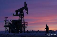 Рабочий на нефтяном месторождении Башнефти в Башкортостане 28 января 2015 года. Добыча нефти в РФ в декабре 2016 года не изменилась в посуточном выражении относительно ноября и составила 11,21 миллиона баррелей в сутки, следует из статистики ЦДУ ТЭК Минэнерго. REUTERS/Sergei Karpukhin/File Photo