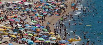 """La inmobiliaria Merlin dijo el lunes que ha acordado la venta de una cartera de 19 hoteles al grupo francés Foncière des Murs por 535 millones de euros. Merlin, que indicó que había evaluado esta cartera como no estratégica, dijo que los fondos obtenidos se destinarán a reducir apalancamiento y a """"usos generales"""" de la compañía. En la imagen de archivo, turistas bañándose en las playas del mar Mediterraneo al norte de Barcelona REUTERS/Albert Gea"""