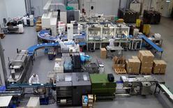 Una visión general muestra a los empleados que trabajan en la fábrica  francesa Roy Rene en Puyricard, Francia. 15 de diciembre 2016. Las manufacturas en la zona euro comenzaron 2017 con pasos sólidos, después de un salto de la actividad en diciembre a su mayor ritmo en más de cinco años, en medio de una creciente cartera de pedidos, mostró el lunes un sondeo.  REUTERS/Jean-Paul Pelissier