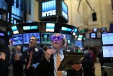 Des traders à Wall Street pendant le dernier jour de cotation en 2016. Le mouvement de hausse dont a bénéficié Wall Street après la victoire de Donald Trump le 8 novembre pourrait être remis en cause en 2017 par plusieurs facteurs économiques, politiques, monétaires, voire par des événements tels qu'une guerre commerciale ou des cyberattaques, estiment des investisseurs. /Photo prise le 30 décembre 2016/REUTERS/Stephen Yang