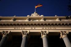El selectivo español rompió el lunes la barrera de los 9.400 puntos en la primera sesión de 2017, marcada por los festivos en gran parte de las grandes plazas financieras y la poca actividad característica del periodo navideño. En la imagen de archivo, una bandera ondea en la Bolsa de Madrid. REUTERS/Juan Medina