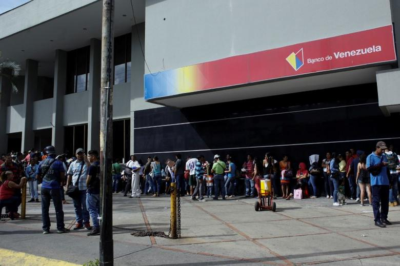 People line up to get into a Banco de Venezuela branch in San Antonio del Tachira, Venezuela December 13, 2016. REUTERS/Carlos Eduardo Ramirez