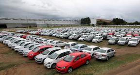 Carros novos estacionados em pátio da montadora Volkswagen em Taubaté. 19/06/2015 REUTERS/Paulo Whitaker