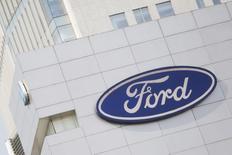 La automotriz estadounidense Ford Motor Co anunció el martes que cancelará planes para invertir 1.600 millones de dólares (unos 1.540 millones de euros) en una fábrica en México y que en su lugar usará 700 millones de dólares para una planta en Michigan, en Estados Unidos, dentro de la expansión de su oferta de vehículos eléctricos e híbridos. En la imagen, un logo de Ford en una sede en México. REUTERS/Edgard Garrido/File Photo