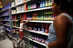 Cliente com a filha em supermercado de São Paulo. 24/11/2016 REUTERS/Nacho Doce