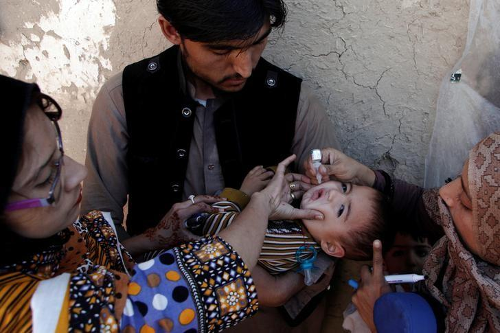 A boy receives polio vaccine drops by anti-polio vaccination workers along a street in Quetta, Pakistan January 2, 2017. REUTERS/ Naseer Ahmed
