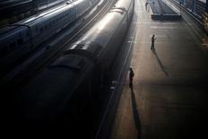 Personas paradas cerca de un tren en la estación de Nanjing, Provincia de Jiangsu, China. 6 de junio 2016. China planea destinar 800.000 millones de yuanes (115.090 millones de dólares) a la construcción de líneas férreas este año, el mismo presupuesto que el año pasado, para hacer crecer su red hasta los 150.000 kilómetros, dijo el miércoles la agencia estatal de noticias Xinhua. REUTERS/Aly Song