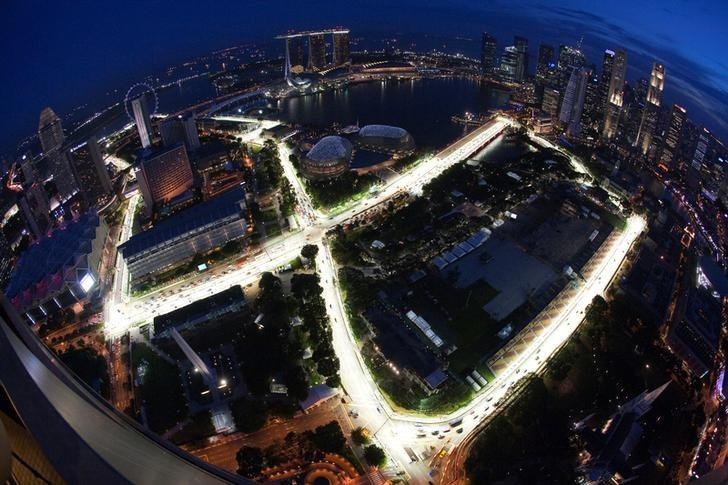 An aerial view shows the illuminated Marina Bay street circuit of the Singapore Formula One Grand Prix at dusk in Singapore September 20, 2010.   REUTERS/Edgar Su/File Photo