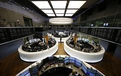 Les principales Bourses européennes ont ouvert jeudi en baisse, à l'exception de Londres et de Milan. À Paris, l'indice CAC 40 cède 0,41% à 4.879,52 points vers 08h10 GMT. À Francfort, le Dax abandonne 0,22% alors qu'à Londres, le FTSE progresse de 0,09%. /Photo d'archives/REUTERS/Kai Pfaffenbach