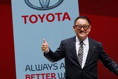 Los presidentes de Toyota y Honda dijeron el jueves que no tienen planes de inmediatos para reducir su producción de vehículos en México, ya que prefieren esperar hasta después de que Donald Trump asuma la presidencia de Estados Unidos este mes antes de decidir si introducen cambios. En la imagen, el presidente y CEO de Toyota, Akio Toyoda, posa tras una rueda de prenssa en París, el 29 de septiembre de 2016. REUTERS/Benoit Tessier