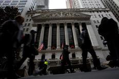 Wall Street ouvre en baisse jeudi pour la première fois de l'année. Dans les premiers échanges, le Dow Jones cède 0,02%, à 19.937,50 points, le S&P-500 recule de 0,03% mais le Nasdaq Composite gagne 0,24%. /Photo prise le 28 décembre 2016/REUTERS/Andrew Kelly