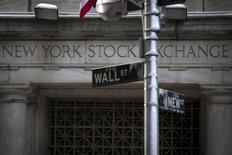 El letrero de Wall street es visto fuera de la bolsa de Nueva York, en el distrito financiero de Nueva York, Estados Unidos. 4 de febrero 2014. Las acciones caían levemente el jueves en la bolsa de Nueva  York, con un retroceso de los sectores bancario y de consumo  discrecional que opacaba el avance de los papeles tecnológicos.   REUTERS/Brendan McDermid