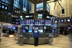 L'indice Dow Jones a subi jeudi à Wall Street sa première baisse de l'année en cédant 0,21%. Le S&P-500 a perdu 0,08%. Le Nasdaq Composite a gagné à l'inverse 0,20% à 5.487,94, améliorant d'un cheveu sa précédente clôture record (5.487,44) du 27 décembre. /Photo prise le 30 décembre 2016/REUTERS/Stephen Yang