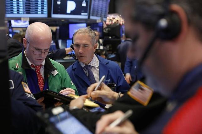 1月5日、米国株式市場は金融株や百貨店株が売られてダウ工業株30種とS&P総合500種が反落したが、オンライン小売りのアマゾン・ドット・コムにけん引されてナスダック総合指数は終値としての最高値を更新した。ニューヨーク証券取引所で撮影(2017年 ロイター/Lucas Jackson)