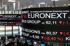 En la imagen, la Bolsa de París, Francia, el 14 de diciembre de 2016. El índice paneuropeo STOXX 600 se debilitaba en las primeras operaciones del viernes tras un descenso en los valores vinculados a las materias primas, aunque el índice de referencia se encamina a cerrar su mejor semana desde mediados de diciembre. REUTERS/Benoit Tessier/File Photo