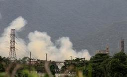 Fumaça é vista após incêndio em unidade de fertilizantes da mineradora Vale em Cubatão, no Brasil 05/01/2017 REUTERS/Paulo Whitaker