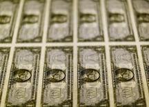 Notas de um dólar passam por inspeção em Washington, nos Estados Unidos 14/11/2015 REUTERS/Gary Cameron/File Photo