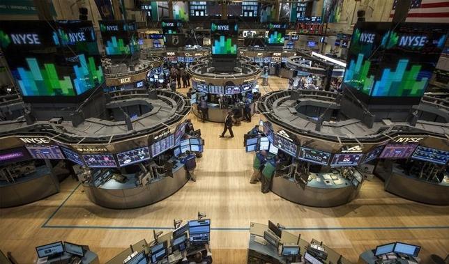 1月6日、米国株式市場ではダウ工業株30種が1万9999.63ドルまで上昇し、2万ドルの大台まで1ポイント弱に迫った。写真は2014年3月、ニューヨーク証券取引所で撮影(2017年 ロイター/Brendan McDermid)