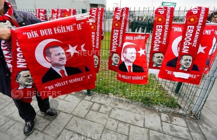 A street vendor sells flags with portraits of Turkish President Tayyip Erdogan during the opening ceremony of Eurasia Tunnel in Istanbul, Turkey, December 20, 2016. REUTERS/Murad Sezer