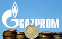 Монеты евро на фоне логотипа Газпрома. Монопольный экспортёр российского газа Газпром нарастил поставки в дальнее зарубежье в 2016 году на 12,5 процента до 179,3 миллиарда кубометров благодаря росту спроса, сообщил концерн в понедельник. REUTERS/Dado Ruvic