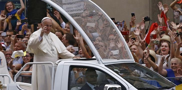 Pope Francis waves at the faithfuls as he travels in the popemobile to a welcoming ceremony at Wawel Royal Castle in Krakow, Poland July 27, 2016.  REUTERS/Kacper Pempel