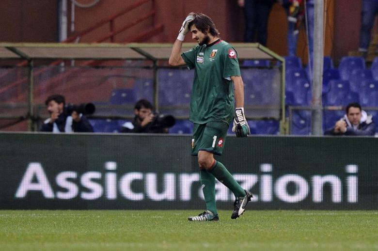 Genoa's goalkeeper Mattia Perin leaves the pitch after being shown a red card by referee Luca Banti during their Italian Serie A soccer match against AS Roma at Luigi Ferraris Stadium in Genoa December 14, 2014. REUTERS/Giorgio Perottino