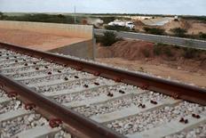 Vista geral de uma interseção entre obras da ferrovia Transnordestina e da BR 232 na entrada do município de  Salgueiro (PE) 29/0/ 2014. REUTERS/Ueslei Marcelino