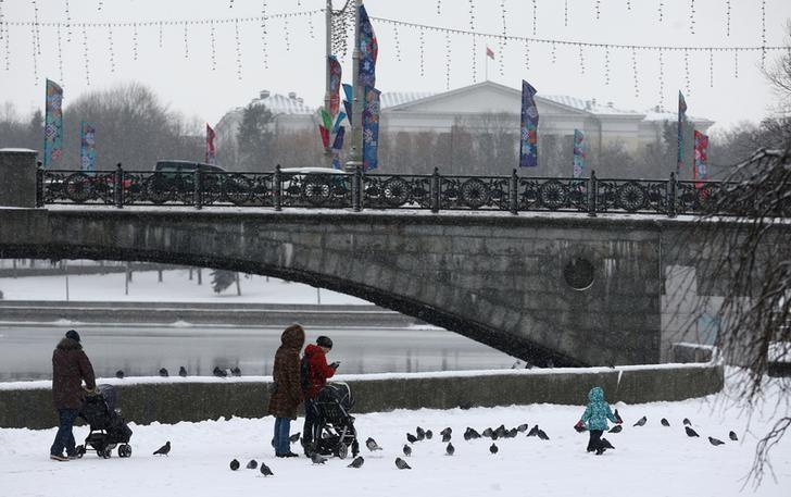 People walk during snowfall in Gorky Park in Minsk, Belarus January 4, 2017. REUTERS/Vasily Fedosenko