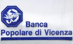 Les banques régionales italiennes Popolare di Vicenza et Veneto Banca ont présenté lundi une proposition d'indemnisation de dizaines de milliers d'actionnaires individuels mécontents, un plan qui pourrait coûter plus de 600 millions d'euros aux deux établissements et de ce fait les contraindre à se tourner vers des aides publiques. /Photo d'archives/REUTERS/Stefano Rellandini
