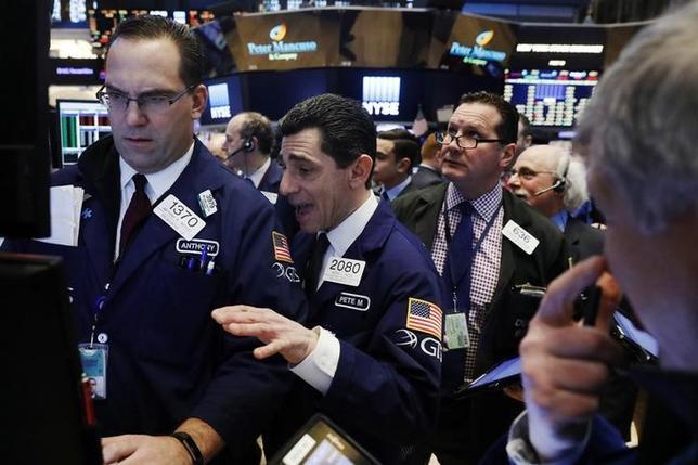 1月9日、米国株式市場は、高安まちまちで引けた。写真はNY証券取引所のトレーダー(2017年 ロイター/Lucas Jackson)
