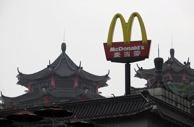 1月9日、米ファストフード大手のマクドナルドは、中国本土および香港事業の大半を中国の国有複合企業、中国中信(CITIC)とプライベート・エクイティの米カーライル・グループに最大21億ドルで売却することで合意した。中国深セン市で2013年3月撮影(2017年 ロイター/Bobby Yip)