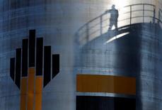 Логотип Роснефти. Роснефть договорилась с компаний QHG Trading LLP - совместным предприятием Glencore и катарского госфонда - о поставках от 22,5 до 55 миллионов тонн в течение 5 лет, начиная с января 2017 года, сообщила Роснефть. REUTERS/Sergei Karpukhin