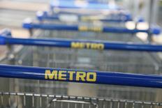 Le distributeur allemand Metro a fait état mardi de ventes en repli de 0,6% sur le trimestre de Noël, en raison de la faiblesse de ses hypermarchés Real et de la stagnation de son enseigne d'électronique grand public Media-Saturn. /Photo d'archives/REUTERS/Valentyn Ogirenko