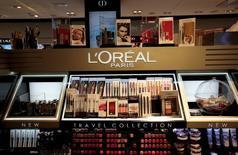 L'Oréal a annoncé mardi la signature d'un accord définitif avec Valeant Pharmaceuticals pour l'acquisition de ses marques de soins pour la peau CeraVe, AcneFree et Ambi pour 1,3 milliard de dollars. /Photo d'archives/REUTERS/Eric Gaillard