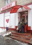 Супермаркет Магнит в Москве. Лидер российского рынка ритейла Магнит по итогам 2016 года не дотянул до собственного прогноза по выручке и открыл меньше магазинов, чем планировал, следует из опубликованных во вторник операционных результатов компании.  REUTERS/Sergei Karpukhin  (RUSSIA - Tags: BUSINESS CITYSCAPE SOCIETY ANIMALS)