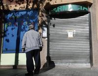 La ministra española de Sanidad, Dolors Montserrat, reiteró el martes que el Gobierno estudiará subir el copago farmacéutico a los jubilados con más ingresos, aunque puntualizó que la medida no está en su agenda inmediata. En la imagen, un jubilado frente a una farmacia en el centro de Barcelona, en una fotografía de archivo de noviembre de 2013. REUTERS/Albert Gea