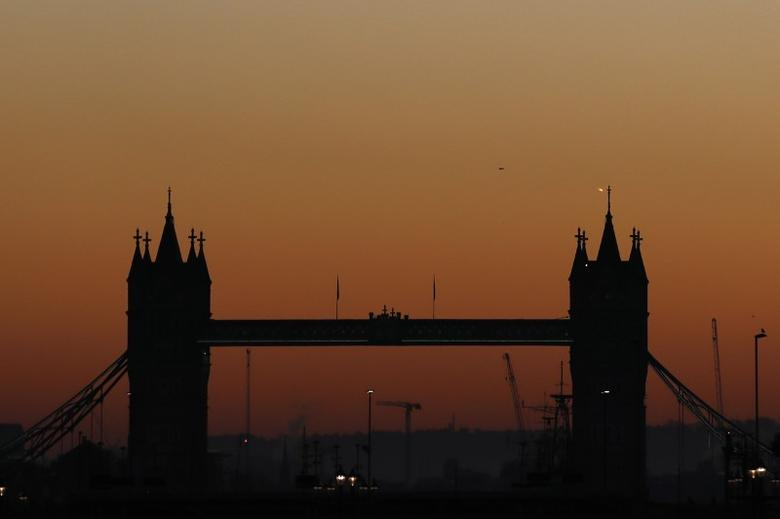Tower Bridge is seen during sunrise in central London, Britain December 29, 2016. REUTERS/Stefan Wermuth