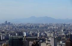 Una vista general de Pekín en un dia soleado, China. 10 de enero 2017. China prometió el martes contener los altos niveles de endeudamiento de las empresas y reducir aún más el exceso de capacidad del carbón y del acero, en momentos en que Pekín intenta mantener un crecimiento económico sólido y equilibrado evitando las burbujas de activos. REUTERS/Jason Lee
