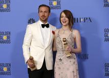 """Con su triunfo en los Globos de Oro de Hollywood todavía fresco, el musical romántico """"La La Land"""" se presenta como favorito de cara a los premios de la Academia Británica de Artes Cinematográfica y de la Televisión (BAFTA por sus siglas en inglés), tras asegurarse el martes 11 nominaciones. En la imagen, Ryan Gosling y Emma Stone posan con sus Globos de Oro en Beverly Hills, California, EEUU, el 8 de enero de 2017.  REUTERS/Mario Anzuoni"""