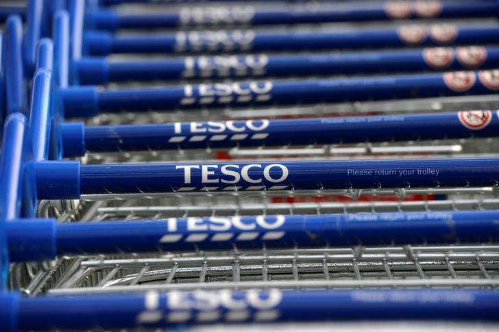 Trolleys are stacked outside a Tesco store in London, Britain, October 3, 2012.    REUTERS/Paul Hackett /File Photo